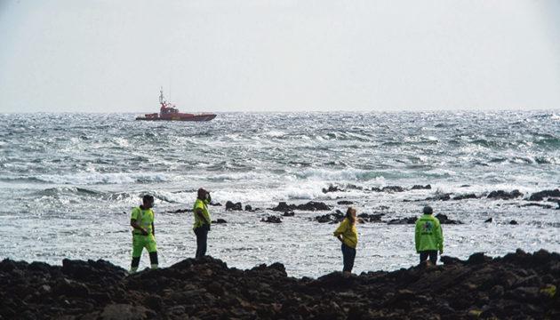 Die Suche nach den Vermissten in Órzola wurde durch starken Seegang erschwert. Fotos: EFE