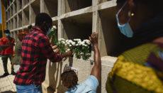 Am 26. April 2021 wurden 24 Tote und drei Überlebende in einem Boot in 500 Kilometern Entfernung südwestlich von El Hierro entdeckt. Neun der Verstorbenen wurden in Candelaria beigesetzt, weitere fünfzehn auf dem Friedhof Santa Lastenia in Santa Cruz. Dort brachte die malinesische Gemeinschaft auf Teneriffa am 20. Juni eine Gedenkplakette an. Foto: EFE