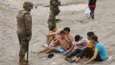 Marokkanische Jungen nach dem Umschwimmen der Grenze am Strand von Ceuta Foto: EFE