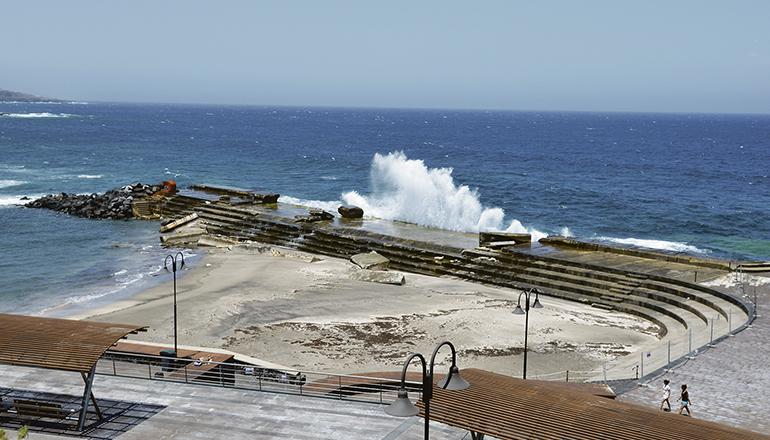 Seit vielen Jahren ist klar, dass die Schutzmole am Strand von Bajamar die Küste nur unzureichend vor der Wucht der Wellen zu schützen vermag. Fast jeden Winter richtet das Meer hier Schäden an. Nun soll der Wellenbrecher durch Betonblocksteine verstärkt werden. Foto: Moisés Pérez