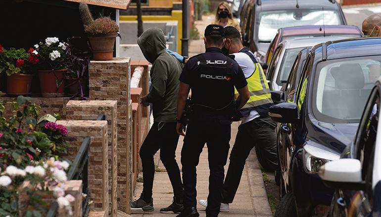 Die Policía Nacional am Tatort (oben) und bei der Verhaftung des mutmaßlichen Mörders Foto: EFE