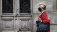 Wer Abstand hält und alleine oder mit engen Angehörigen unterwegs ist, kann ab dem 26. Juni die Maske im Freien absetzen. Foto: EFE