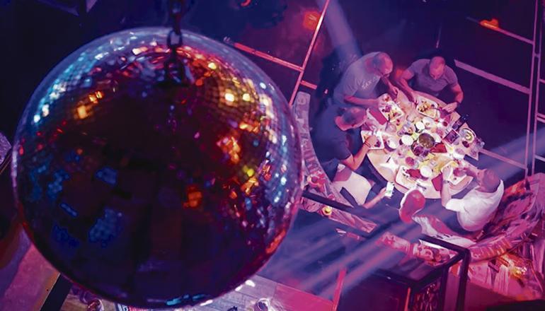 Für Nachtlokale und Diskotheken gelten weiterhin einige Beschränkungen. Foto: EFE