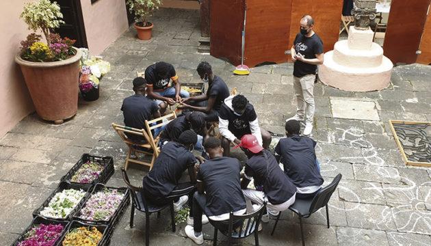 Die Jugendlichen zeigten großes Interesse und beteiligten sich mit Eifer an der Aktion. Später lernten sie, wie Mojo zubereitet wird. Danach gab es ein gemeinsames Mittagessen mit den Künstlern.