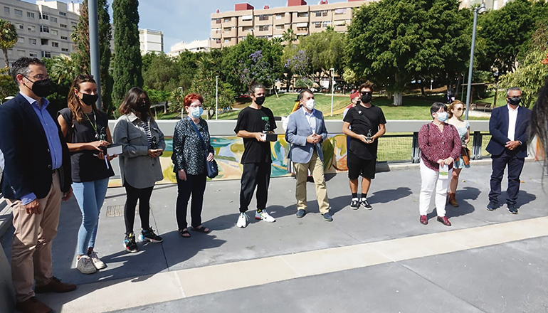 Bürgermeister Bermúdez und andere Vertreter der Stadt mit Anwohnern bei der Eröffnung des Parks. Foto: Ayuntamiento de Santa Cruz de Tenerife