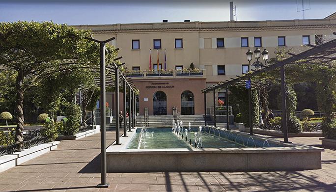 Das Rathaus von Pozuelo de Alarcón. Die Stadt mit 87.000 Einwohnern am Rande des Madrider Stadtzentrums ist die reichste Stadt des Landes, was durch die hohe Promi-Dichte unterstrichen wird. Im exklusiven Wohngebiet La Finca besitzen zahlreiche berühmte Fußballer, Musiker und andere Celebrities Anwesen. Foto: google maps