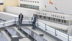 Antonio Morales, der Präsident des Cabildos von Gran Canaria, mit dem Inselrat für Energie, Raúl García Brink, auf dem Dach des Cabildo-Gebäudes Foto: Cabildo de Gran Canaria