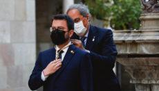 Quim Torra legt Pere Aragonès bei seiner Vereidung als neuer Präsident Kataloniens die Amtskette um. Torra selbst wurde 2020 zu zwei Jahren Amtsverbot verurteilt. Foto: EFE
