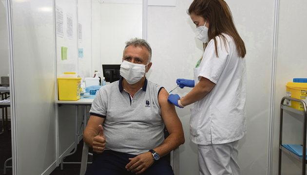 Der kanarische Regierungspräsident Ángel Víctor Torres erhielten gemäß ihrem Alter in der letzten Woche die Erstimpfung. Fotos: EFE