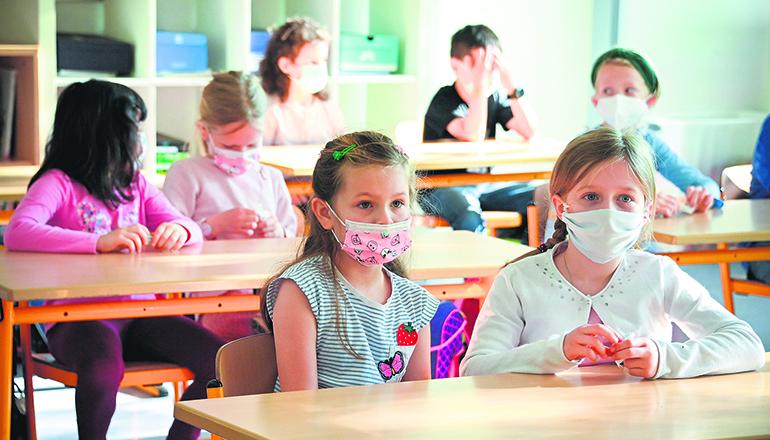 In der Schule sollen die Kinder weiterhin eine Maske tragen. Foto: EFE