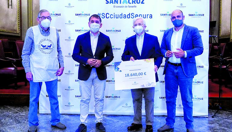 Bürgermeister José Manuel Bermúdez konnte Hernán Cerón, dem Präsidenten der Lebensmittelbank, dank der Einnahmen aus den Maifeierlichkeiten einen Scheck über 18.640 Euro übergeben.