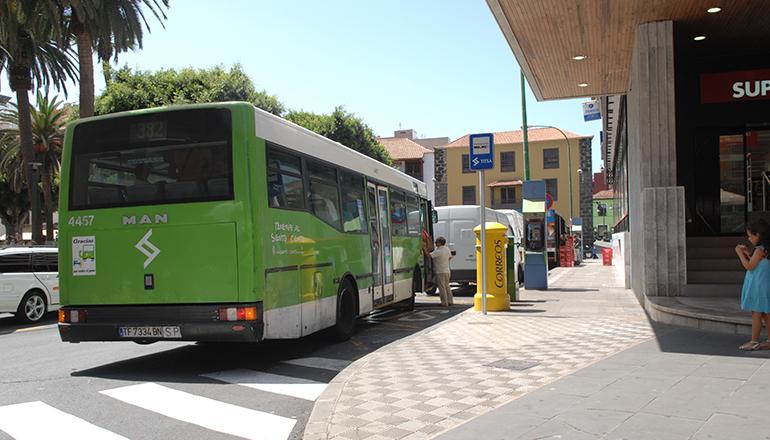 Fahrgäste können im TITSA-Bus bald wieder beim Fahrer in bar bezahlen. Foto: Moisés Pérez