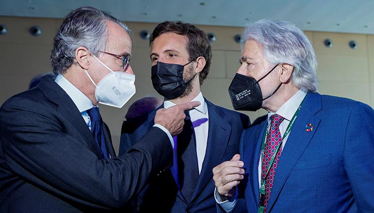"""Der Präsident des Wirtschaftszirkels Javier Faus, PP-Präsident Pablo Casado und Josep Sánchez Llibre vom katalanischen Unternehmerverband (v.l.n.r.) auf dem Kongress des """"Cercle d'Economia"""" in Barcelona Foto: EFE"""
