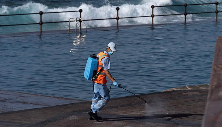 Auf dem Höhepunkt der Corona-Krise wurden Desinfektionsmittel auf öffentlichen Straßen und Plätzen versprüht – im Bild ein Meerwasserschwimmbecken in Bajamar. Foto: EFE