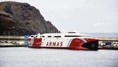 "Die Fähre ""Volcan de Tirajana"" von Naviera Armas (hier im Hafen La Estaca) verkehrt zwischen El Hierro und Teneriffa. Foto: Cabildo de El hierro"