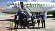 Die Besatzung der Embraer E195-E2 von Binter am 1. Juli nach der Landung in Lille Foto: binter