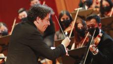"""Gustavo Dudamel und seine Schützlinge eröffneten das """"Festival de Música de Canarias"""" im Auditorio Alfredo Kraus in Las Palmas mit Schönbergs """"Verklärte Nacht"""" und der Serenade C-Dur für Streichorchester von Tschaikowski. Foto: EFE"""