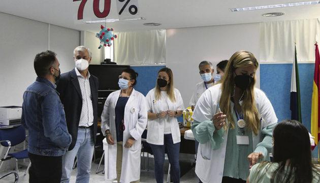El Hierros Cabildo-Präsident Alpidio Armas (2.v.l.) zu Besuch im Impfzentrum. Foto: cab de El hierro