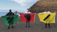 Der Bürgermeister von San Sebastián de La Gomera, Adasat Reyes (Mitte), und der Stadtrat für Strände und Umwelt, Alonso García Díaz, präsentierten die neuen Flaggen. Foto: Ayto. S. Sebastián