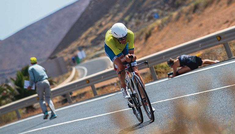 Der deutsche Triathlonprofi Boris Stein auf dem Rad