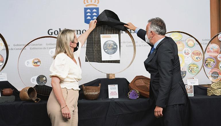 Alicia Vanoostende und Ángel Víctor Torres lüfteten das Geheimins um die Sieger. Foto: EFE