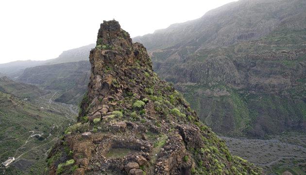 """La Fortaleza bedeutet auf Deutsch """"die Festung"""". Auf der höchsten der drei Felsformationen dieser archäologischen Fundstätte deuten kreisförmig angeordnete Steine darauf hin, dass dieser Ort von den Ureinwohnern für Rituale genutzt wurde. Foto: Cabildo de Gran Canaria"""