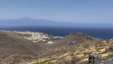 Blick über trockenes Land auf San Sebastián de La Gomera. Bereits im vergangenen September mahnte Cabildo-Präsident Casimiro Curbelo, dass dringend eine zukunftsfähige Wasserinfrastruktur geschaffen werden muss, um die Versorgung zu gewährleisten. Foto: WB