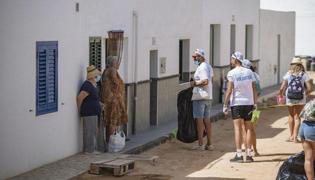 Im Juli führten Freiwillige auf der nördlich von Lanzarote gelegenen kleinsten Insel der Kanaren eine Säuberungsaktion durch. Dabei wurde eine ebenso erstaunliche wie erschreckende Zahl von Zigarettenkippen am Strand von Caleta de Sebo und in den umliegenden Gassen des kleinen Küstenortes gesammelt. Foto: ayuntamiento de teguise