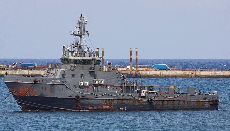 """Einen ungewöhnlichen Migrationsweg wählten 9 Männer, die als blinde Passagiere auf dem leeren Schiff """" Pegasus"""" mitfuhren, das von Dakar nach Las Palmas geschleppt wurde. Foto: EFE"""