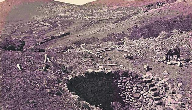 """Damals und heute: Die """"pozos de nieve"""" oder """"neveros"""" hatten einen Durchmesser von vier bis maximal acht Metern und waren fünf bis acht Meter tief. Die bei Izaña erhaltenen Mauern dieser ehemaligen Eislagerstätten stehen heute unter Schutz. Fotos: Noticia"""