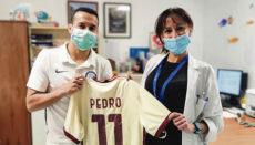 Pedrito überreichte bei seinem Besuch in La Candelaria der Leiterin des Krankenhauses ein Trikot mit seiner Nummer beim AS Rom, das er für das Ärzte- und Pflegeteam der Abteilung für Pädiatrie mitgebracht hatte. Foto: GOBCAN