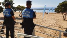 Am Strand Las Teresitas, der übrigens weiterhin zwischen 21 und 6 Uhr gesperrt ist, um nächtliche Treffen auf dem Parkplatz zu verhindern, wird auch tagsüber die Aufsicht verstärkt. FOTO: AYUNTAMIENTO DE SANTA CRUZ DE TENERIFE: