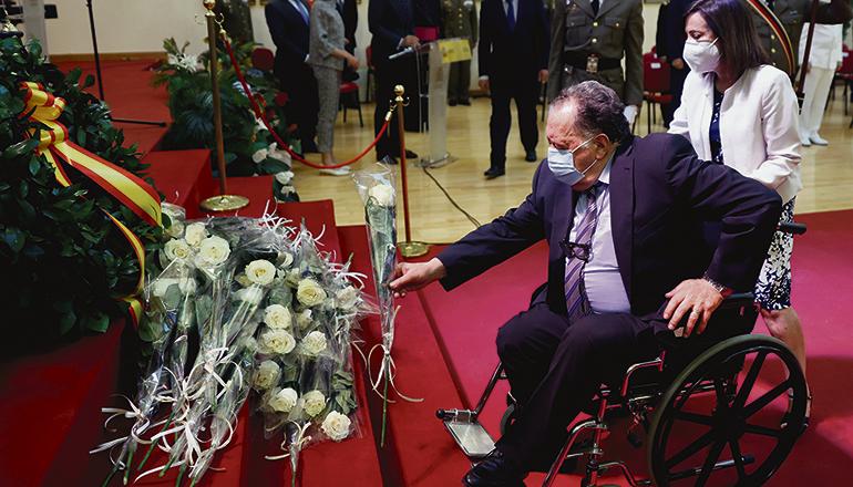 Hommage an gefallene Soldaten: Verteidigungsministerin Margarita Robles begleitet den Vater eines in Afghanistan Gefallenen zu dem Kranz, vor dem weiße Rosen niedergelegt wurden. Foto: EFE