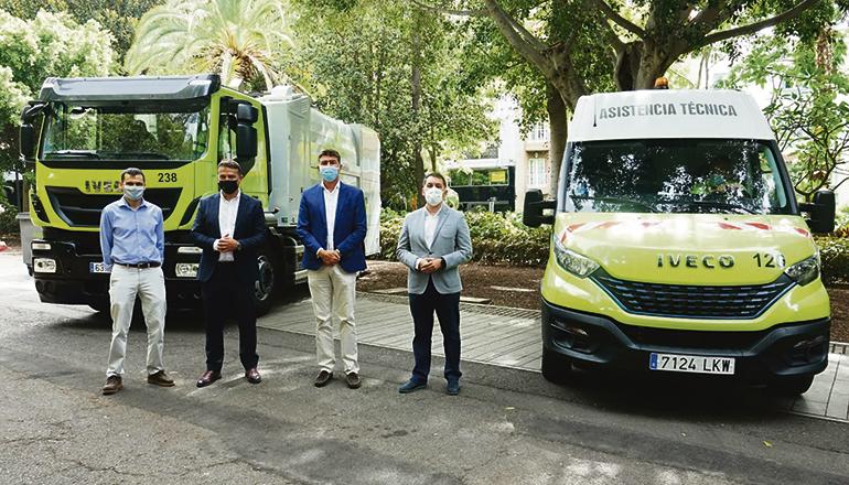 Bürgermeister Bermúdez (r.) und Mitglieder der Stadtverwaltung präsentierten zwei der neuen Fahrzeuge. Foto: Ayuntamiento de Santa Cruz de Tenerife