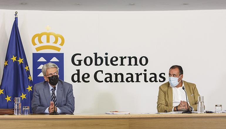 Regierungssprecher Julio Pérez (l.) berichtete zusammen mit dem Leiter des Gesundheitsressorts, Blas Trujillo (r.), von den neuesten Beschlüssen und Vorhaben der Regierung, um die Ausbreitung des Coronavirus zu stoppen. Foto: Gobierno de Canarias