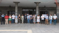 Die Mitarbeiter des Ayuntamientos von Puerto de la Cruz versammelten sich vor dem Rathaus zu einer Minute des Schweigens, um ihre Solidarität mit den Menschen in den deutschen und belgischen Überschwemmungsgebieten zu zeigen. Foto: Moisés Pérez