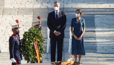 Das Königspaar ehrte im Rahmen der Zeremonie über 100 Ärzte und Pfleger posthum mit dem Großkreuz des Zivilverdienstordens und legte einen Kranz für die Opfer nieder. Foto: efe