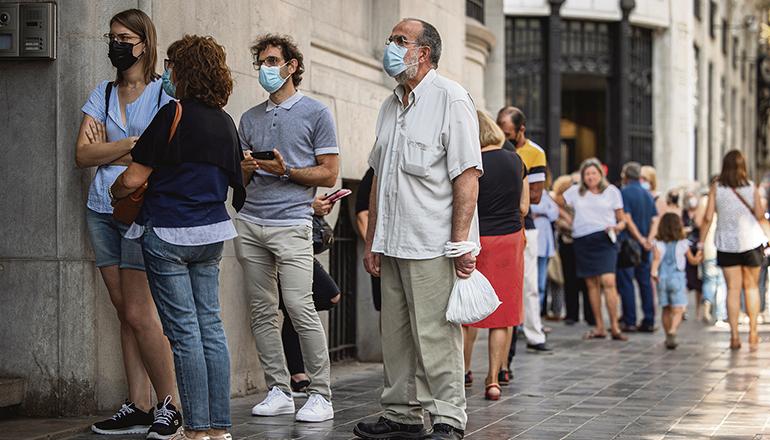Am Tag der entgültigen Abschaffung der Pesete gab es eine lange Warteschlange vor der Banco de España in Madrid. Foto: EFE