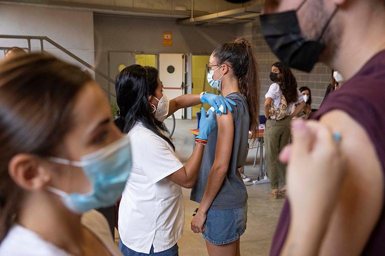 Ab sofort können alle Personen, die zwischen 1992 und 2001 geboren wurden und auf einer der beiden Hauptinseln leben, einen Impftermin beantragen. Foto: EFE