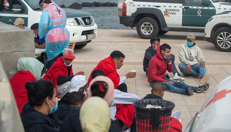 Maghrebiner am 12. Juli 2021, kurz nach ihrer Ankunft in Famara, Lanzarote, in einer Patera, die mit 28 Personen besetzt war. Foto EFE