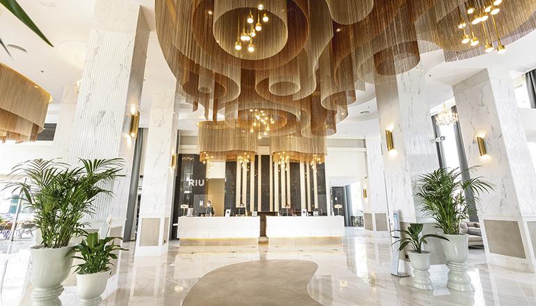 Im Hotel befinden sich mehrere Außenanlagen und Chillout-Bereiche, die zum Entspannen in einer angenehmen Atmosphäre einladen. Es gibt zwei Außenpools, davon wurde einer verlegt, sodass die Gäste jetzt noch länger die Sonnenstunden genießen können. Foto: RIU PALACE MASPALOMAS