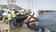 Die Wellen werden künftig von 500 Betonblöcken aufgehalten, die nach und nach ins Wasser gelassen werden. Foto: Cabildo de Tenerife