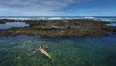 """Besonders während der Sommermonate, wenn das Meer besonders ruhig ist, locken die Tümpel, wie hier """"Charco de la Arena"""" bei Punta del Hidalgo Badegäste an. Foto: efe"""