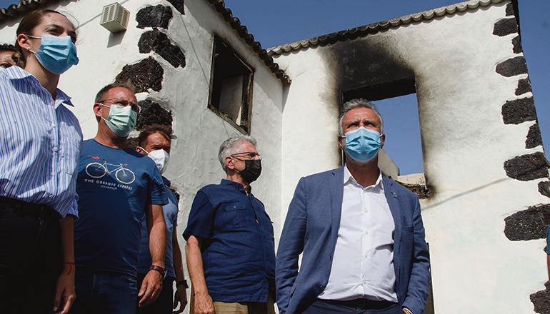 Kanarenpräsident Ángel Víctor Torres (r.) besuchte die betroffenen Gebiete in El Paso. Foto: EFE