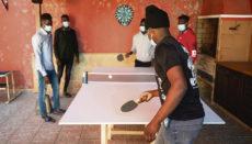 Junge Migranten, deren Aufenthaltsanträge laufen, vertreiben sich in einem Aufnahmezentrum die Zeit mit Tischtennisspielen. Foto: EFE