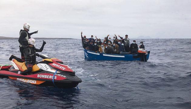 Großes Glück hatten die Insassen dieser Patera, die am 13. August den Norden von Lanzarote erreichte. Beamte signalisieren den Migranten aus dem Maghreb, zu warten, bis das Schiff der Seenotrettung eintrifft, um sie aufzunehmen. Foto: EFE/Consorcio de Emergencias de Lanzarote
