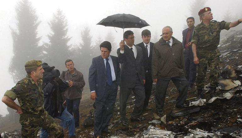 Es war eine der größten Tragödien der jüngeren spanischen Militärgeschichte: Bei einem Flugzeugabsturz waren am 26. Mai 2003 in Trebisonda, Türkei, 62 Soldaten auf dem Heimweg von Afghanistan nach Spanien ums Leben gekommen. Der damalige Verteidungsminister, Federico Trillo (erster v.l. mit Krawatte), besuchte den Unglücksort. Foto:EFE