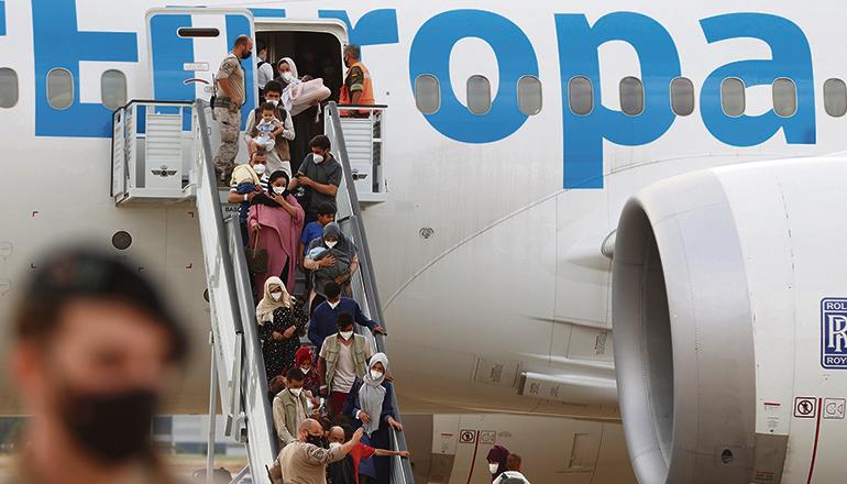 Flüchtlinge aus Afghanistan nach ihrer Landung nahe Madrid Foto: efe