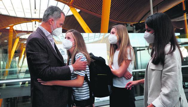Abschied am Flughafen Barajas: Wie viele andere Gleichaltrige auf der ganzen Welt verabschiedete sich Spaniens Teenie-Kronprinzessin von ihren Eltern und ihrer Schwester, um ihren neuen Lebensabschnitt in einem Internat im Ausland zu beginnen. Foto: EFE/CASA REAL