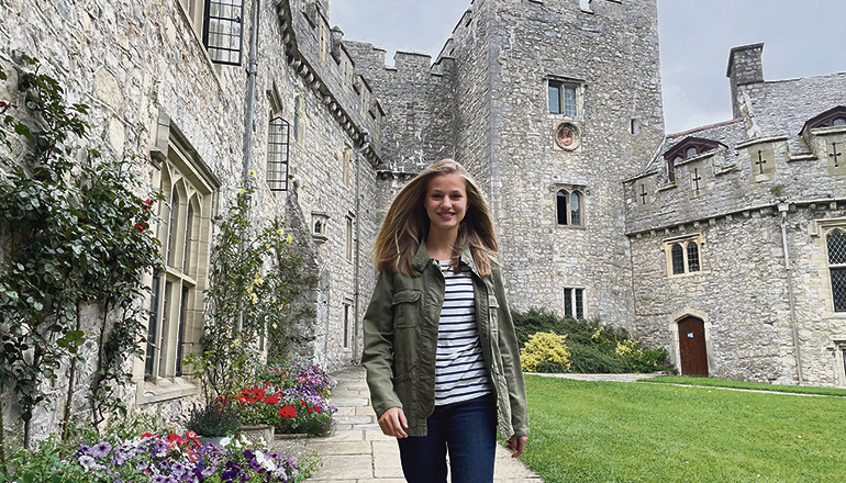 Strahlende Prinzessin: Leonor am Tag ihrer Ankunft im Atlantic College, dessen Hauptgebäude eine imposante mittelalterliche Burg ist. Foto: EFE/CASA REAL
